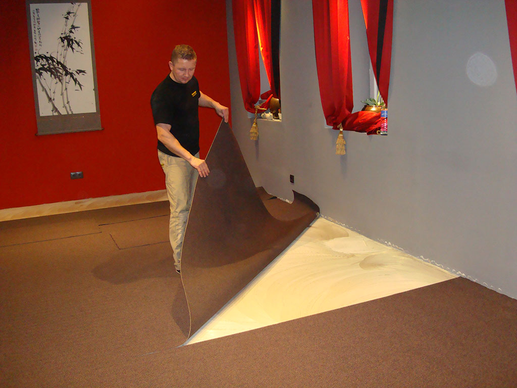 Teppichverlegung - den Teppich verkleben